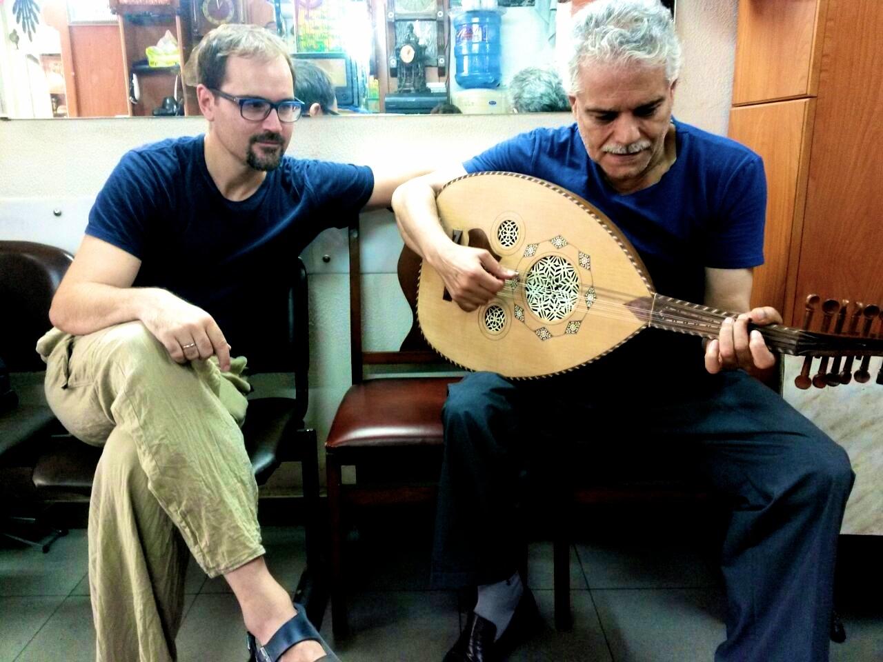 3. Sa prijateljem Farukom u Bejrutu_uc¦îim da sviram arapsku lautu